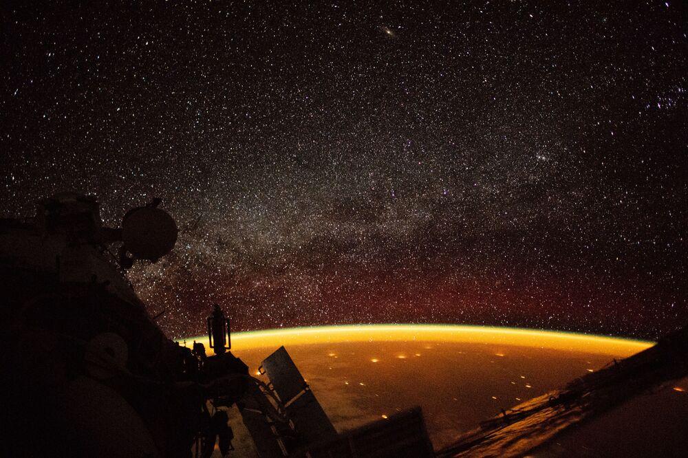 Astronauta a bordo da Estação Espacial Internacional tira foto do brilho espacial na atmosfera da Terra