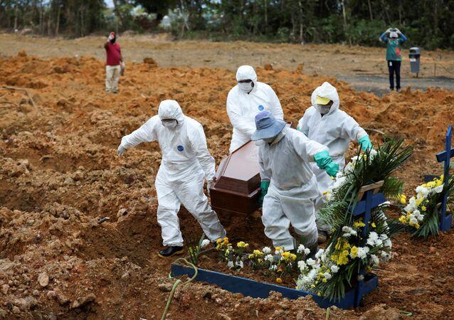 Coveiros enterram vítimas da COVID-19 no Cemitério Parque Tarumã, em Manaus