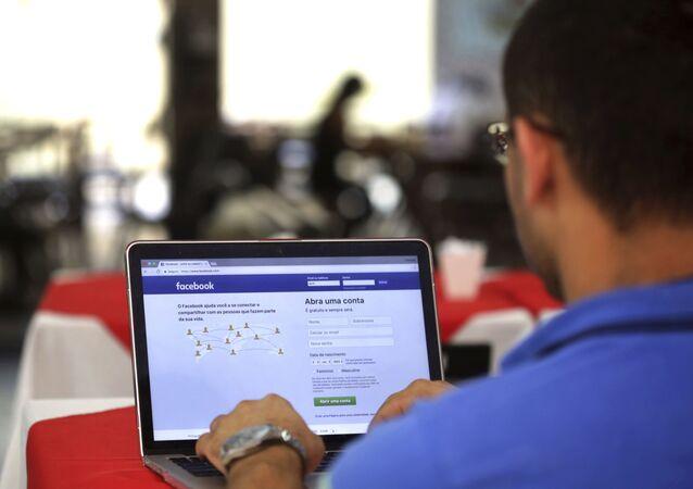 Homem acessa a Internet em um restaurante em Brasília