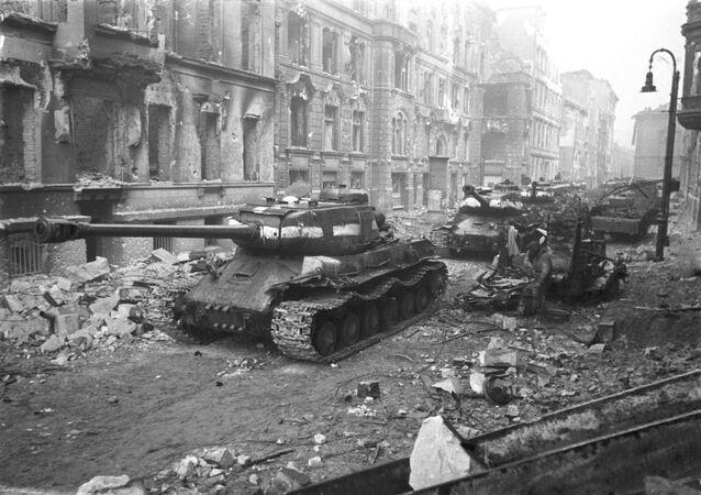 Tanques soviéticos durante a Batalha de Berlim em 1945, durante a Grande Guerra pela Pátria
