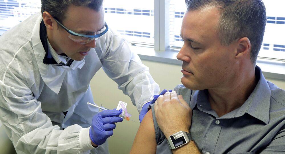 Homem infectado com a COVID-19 recebe potencial vacina nos EUA