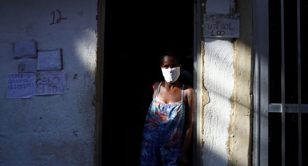 Mulher asmática vende gelo na porta de sua casa, no Rio de Janeiro, 21 de abril de 2020