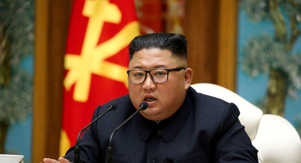 O líder norte-coreano Kim Jong-un fala em uma reunião do Politburo do Comitê Central do Partido dos Trabalhadores da Coreia, em 11 de abril de 2020