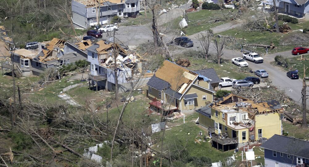 Árvores caídas e casas danificadas enfileiram-se em rua de Chattanooga, Tennessee, em 14 de abril de 2020, dois dias após a passagem de tornados pela região