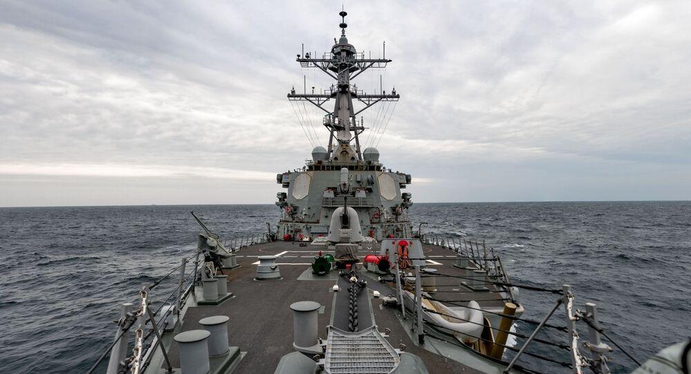 USS Barry navega pelo estreito de Taiwan, 23 de abril de 2020