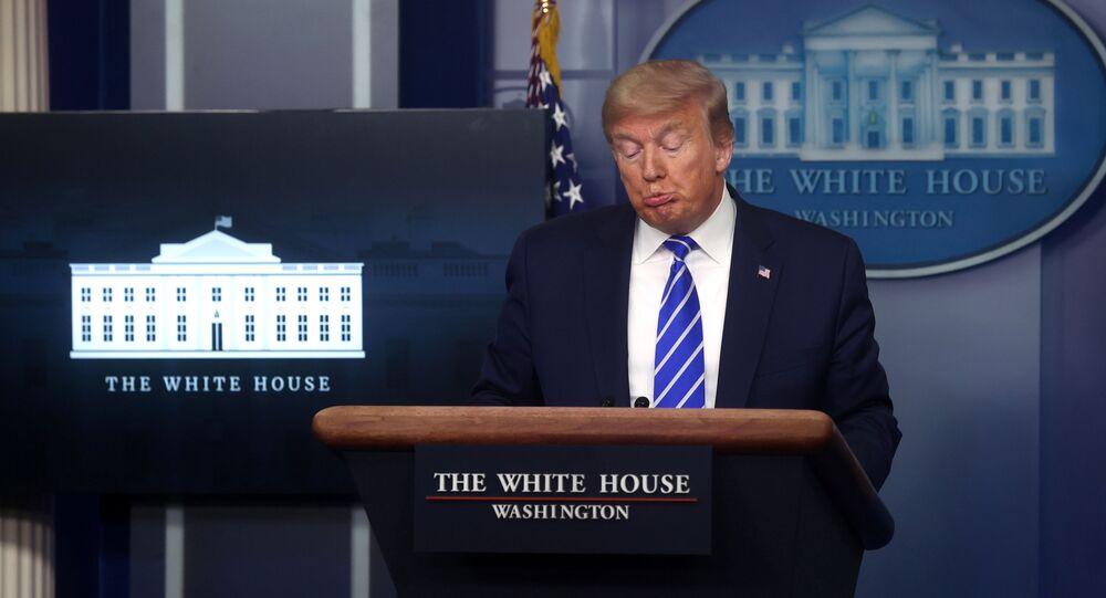 Presidente dos EUA, Donald Trump, durante briefing diário da força-tarefa contra o coronavírus na Casa Branca, em Washington, EUA, 23 de abril de 2020