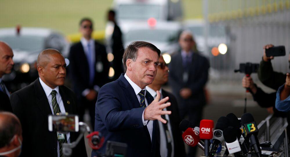 Presidente Jair Bolsonaro gesticula ao sair do Palácio Alvorada, em meio à pandemia, em Brasília, Brasil, 20 de abril de 2020