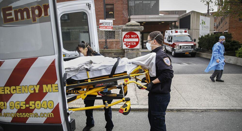 Paciente sendo carregado em ambulância, Nova York