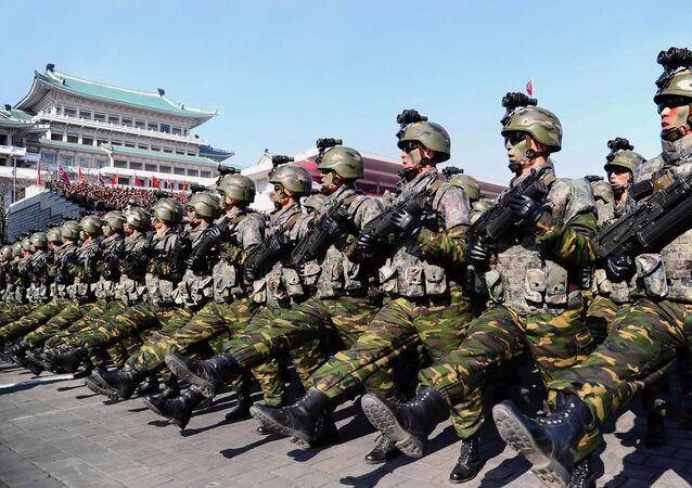 Tropas norte-coreanas marchando (foto de arquivo)