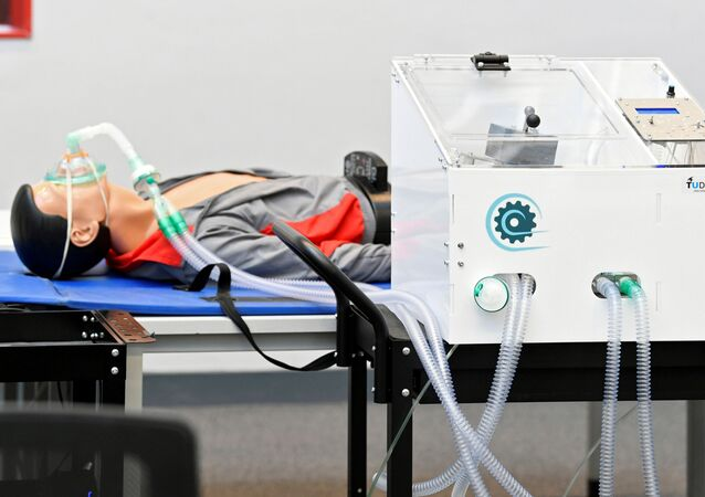 Estão sendo realizados testes com um protótipo de ventilador, inspirado em uma máquina dos anos 60 encontrada em um museu, capaz de funcionar sem eletricidade, para possivelmente ser usada em pacientes infectados pela doença do coronavírus (COVID-19), em Delft, Países Baixos, 17 de abril de 2020