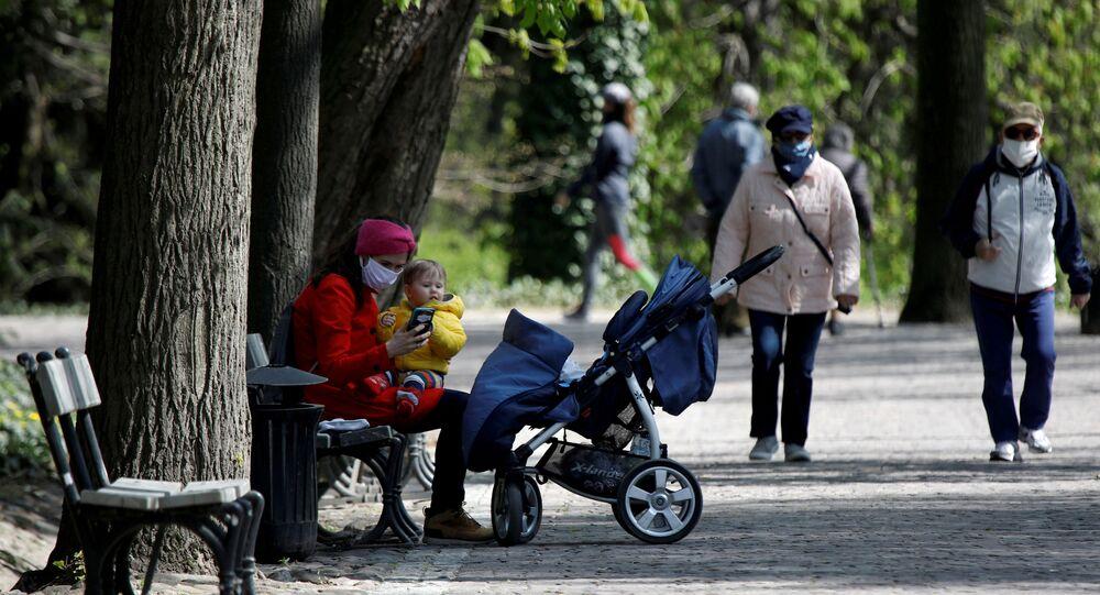 Pessoas desfrutam do passeio no Parque Real Lazienki após o relaxamento das medidas de isolamento do governo devido à doença do coronavírus (COVID-19), em Varsóvia, Polônia, 20 de abril de 2020