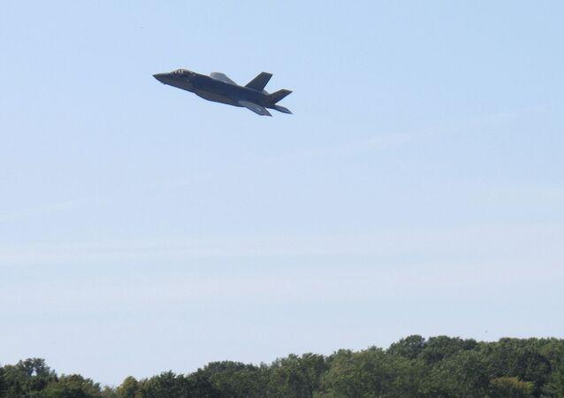 O primeiro de dois caças F-35 sobrevoa a base da Guarda Aérea Nacional de Vermont, em South Burlington, EUA, 19 de setembro de 2019