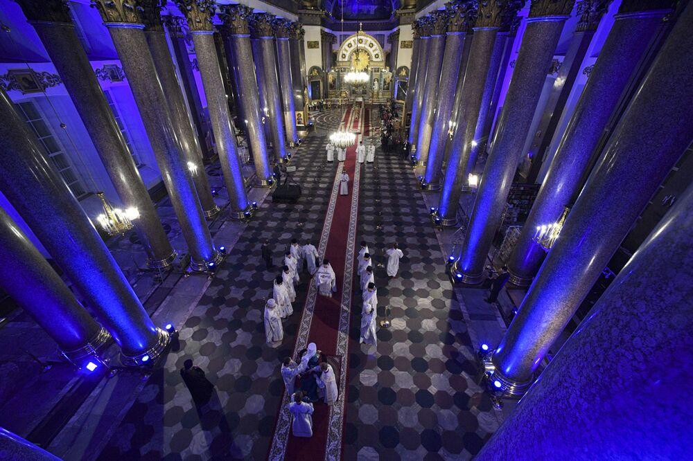 Missa pascal na catedral de Kazan em São Petersburgo, Rússia