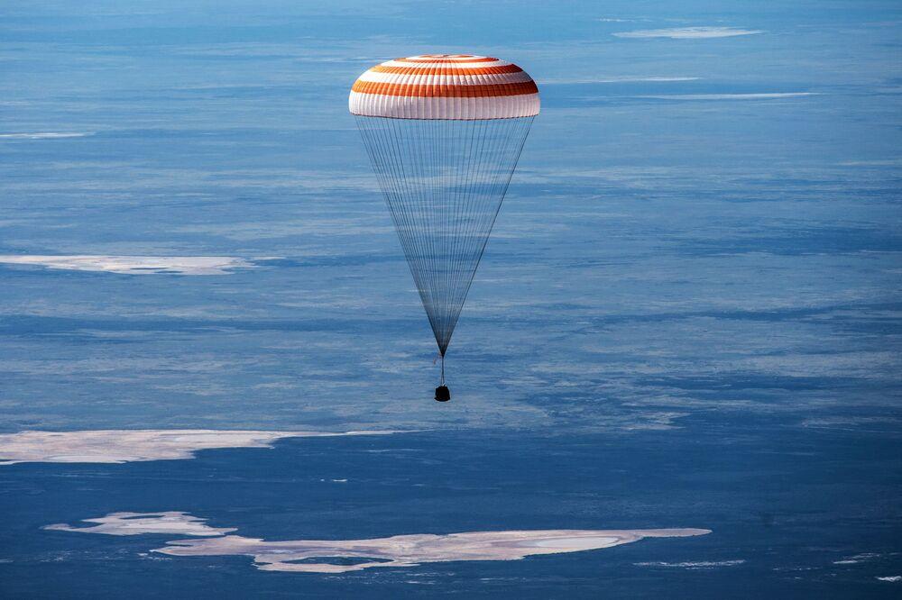 Aterrissagem do módulo de transporte da espaçonave Soyuz MS-15 com três membros da tripulação da Estação Espacial Internacional no território do Cazaquistão