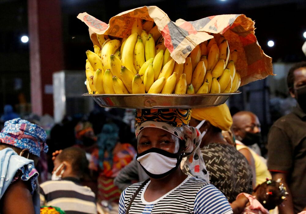 Camelô usa máscara em Abidjan, na Costa do Marfim