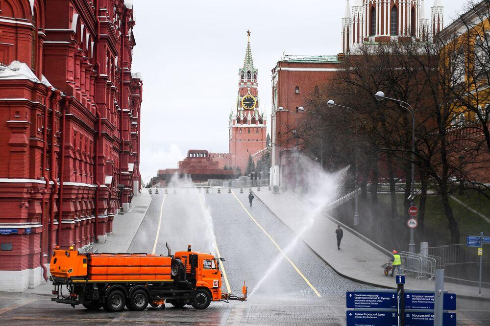 Caminhão despeja desinfetante no combate ao coronavírus em ruas e calçadas da Praça Vermelha, em Moscou
