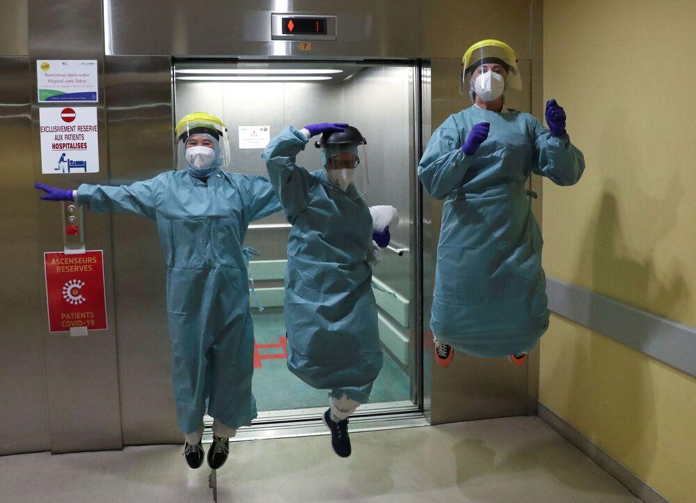 Funcionários de hospital se recreando enquanto lutam contra a COVID-19 na cidade de Liége, Bélgica