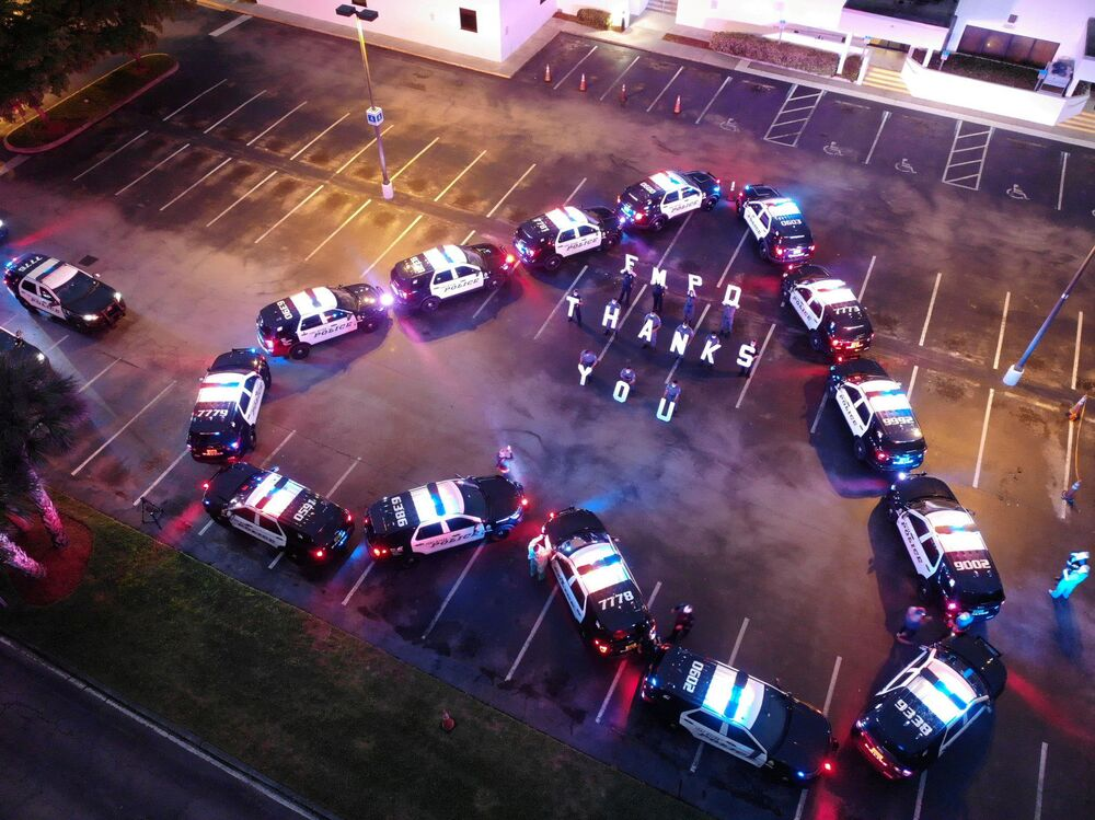 Departamento de Polícia de Fort Myers, nos EUA, faz ato de agradecimento com viaturas aos funcionários do hospital Lee Memorial