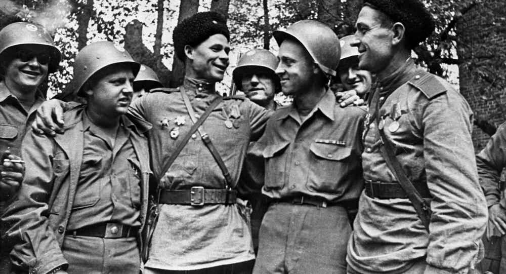 Encontro entre soldados americanos e soviéticos no rio Elba, Alemanha