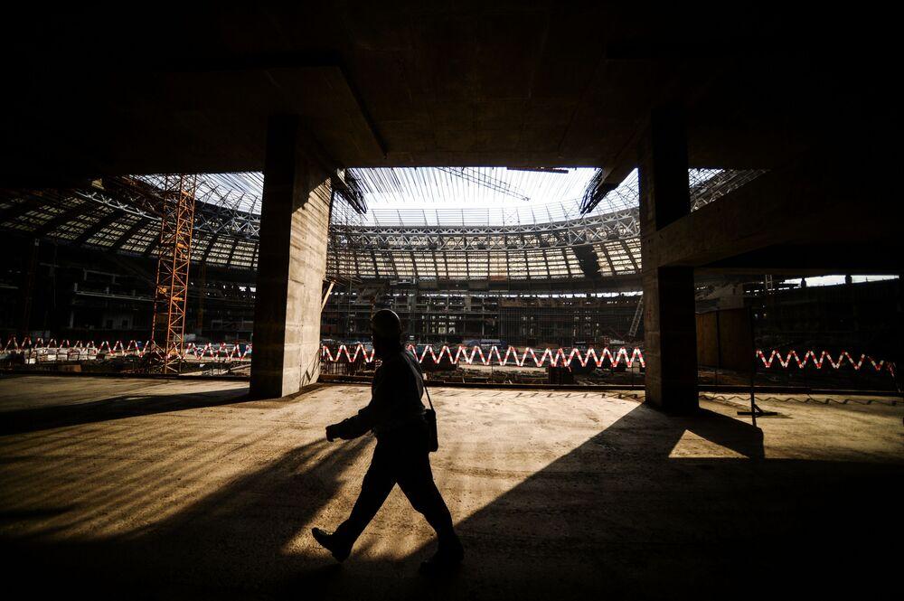 Obras de construção do estádio Luzhniki, em Moscou