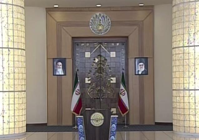 Bandeiras do Irã com retratos de Hassan Rohani em Viena