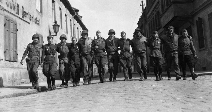 Soldados americanos e soviéticos na cidade de Torgau, Alemanha