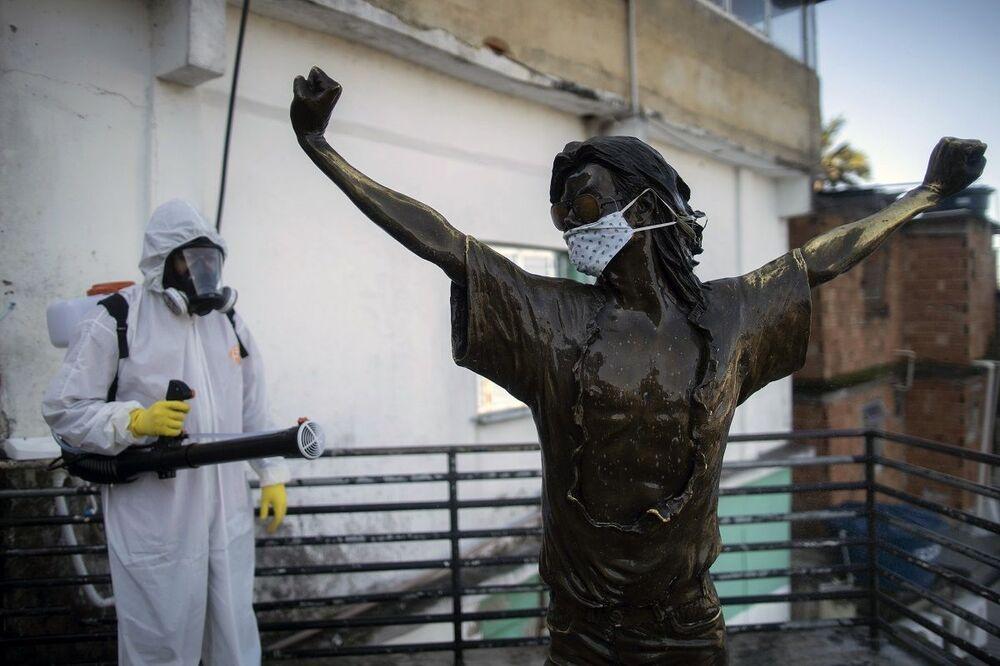 Estátua de Michael Jackson na favela carioca Santa Marta coberta com máscara durante a pandemia
