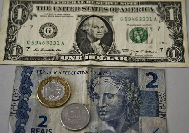 Cédulas do dólar americano e do real brasileiro (foto de arquivo)