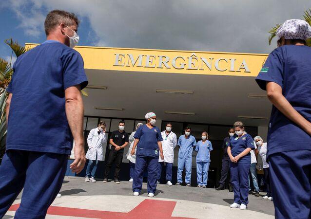 Profissionais de saúde em frente a um hospital em Ilhabela, litoral de São Paulo.