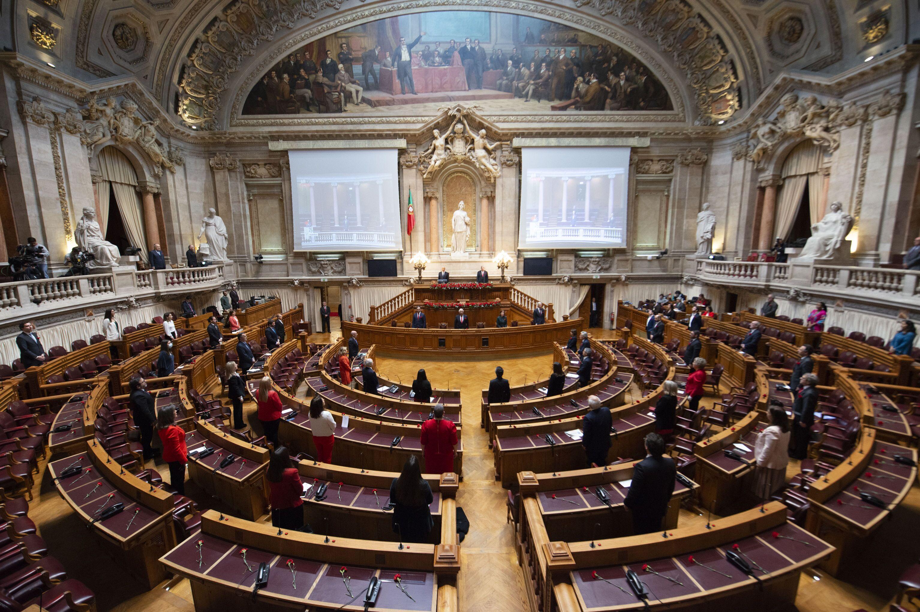 Sessão no Parlamento português em homenagem à Revolução dos Cravos, com número restritos de participantes por causa da pandemia