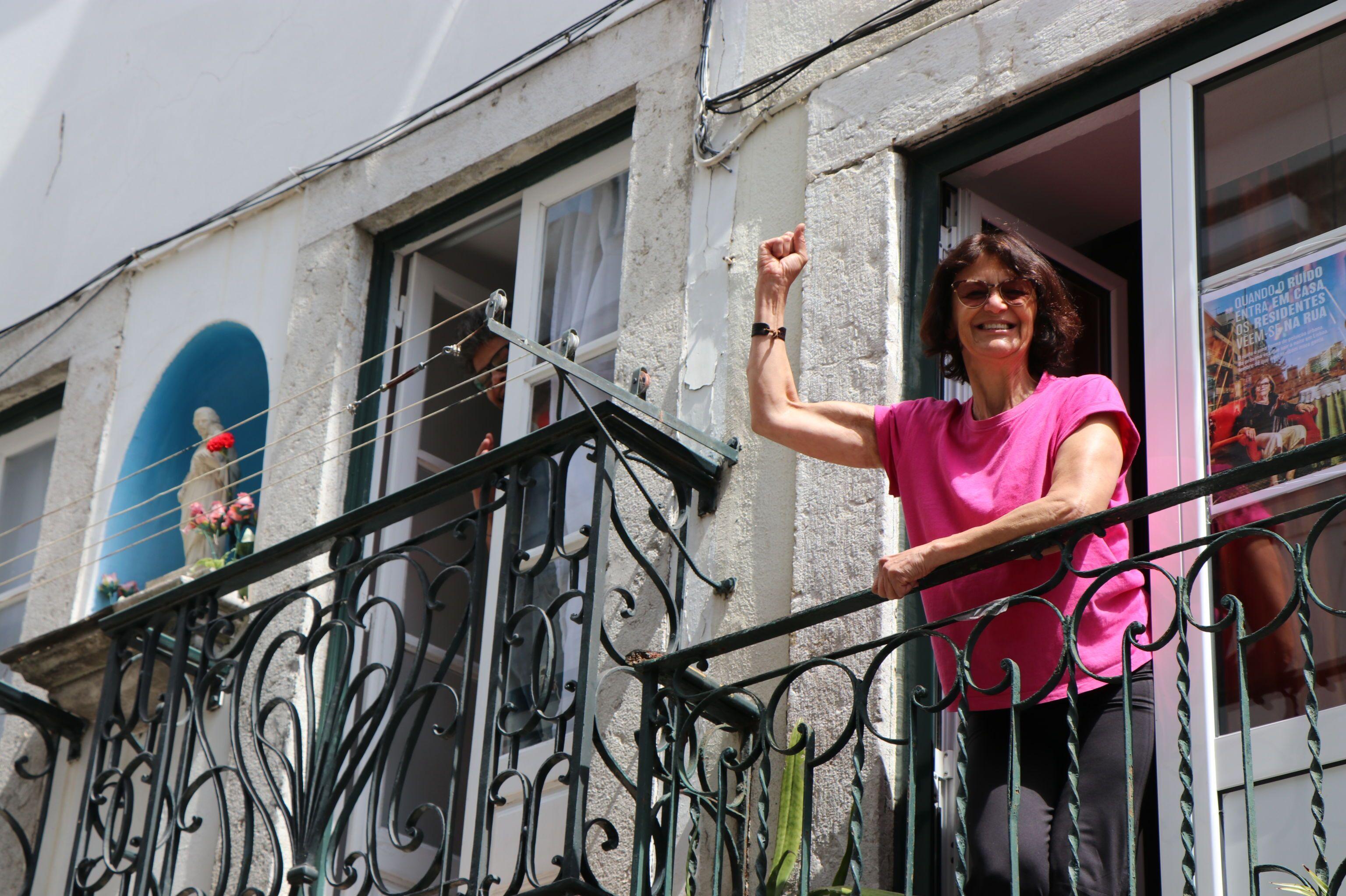 Por causa da pandemia, portugueses celebram Revolução dos Cravos cantando nas janelas de casa