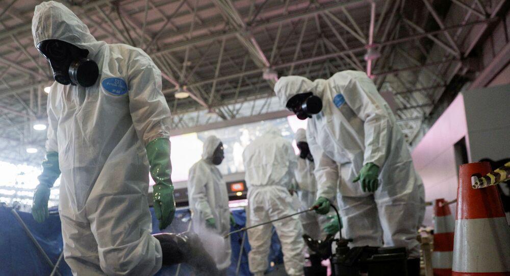 Soldados da Marinha do Brasil desinfetam o Aeroporto Internacional Tom Jobim, no Rio de Janeiro.
