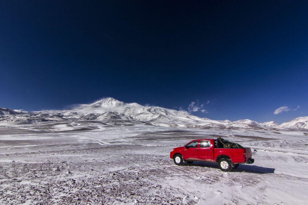 O mais alto e mais ativo vulcão no mundo é o Ojos del Salado, localizado na fronteira entre o Chile e a Argentina