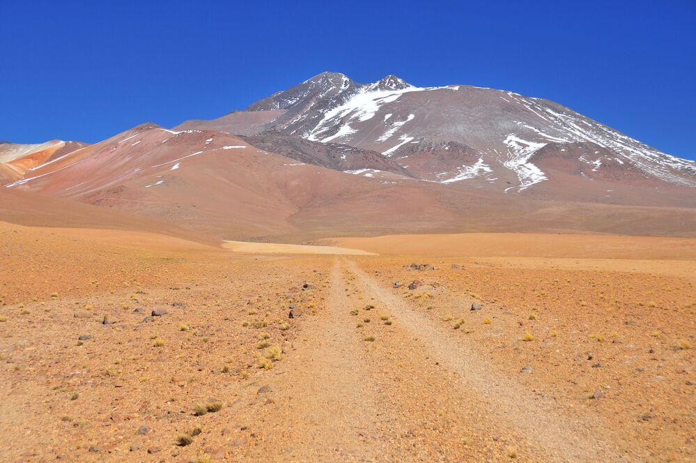 Considerado o segundo vulcão localizado a maior altitude do mundo, o Llullaillaco fica a 6.739 metros acima do nível do mar no deserto do Atacama, na cordilheira dos Andes