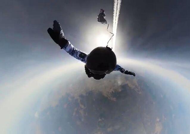 Paraquedistas russos realizam salto em grupo a partir de um avião Il-76 usando novos sistemas de paraquedas de uma altitude de 10.000 metros nas condições extremas do Ártico, na área do arquipélago Terra de Francisco José