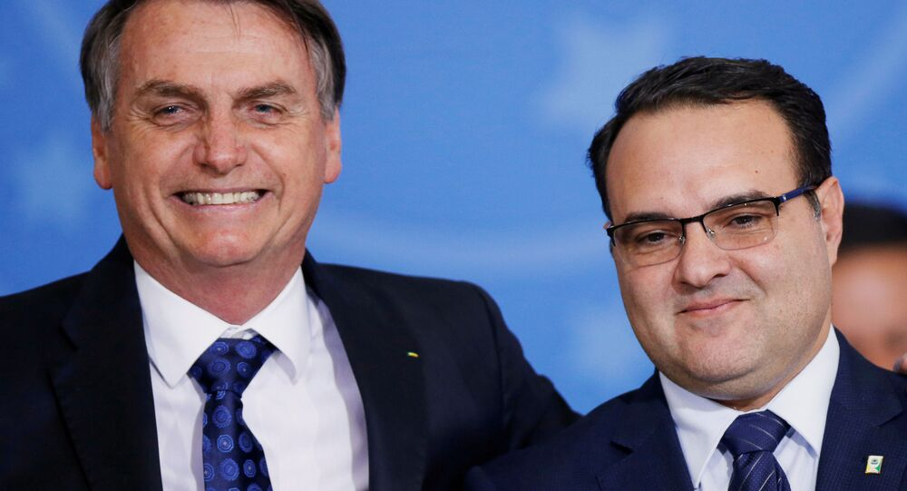 O presidente do Brasil, Jair Bolsonaro (à direita), ao lado do secretário-geral da Presidência, Jorge Oliveira (à esquerda), durante cerimônia em 24 de julho de 2019.