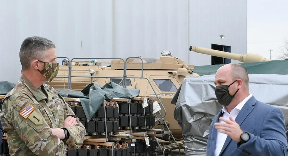 Misterioso veículo é visto em segundo plano atrás de alguns equipamentos durante visita de autoridades do Exército dos EUA à fábrica da General Dynamics em Detroit, 23 de abril de 2020