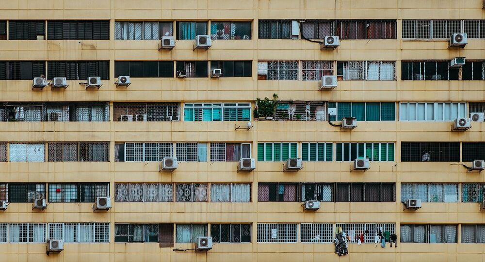 Aparelhos de ar condicionado na fachada de prédio residencial