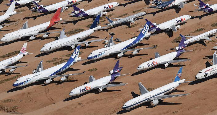 Aviões de diversas companhias aéreas paralisados pelo coronavírus próximo do Aeroporto Logístico da Califórnia do Sul