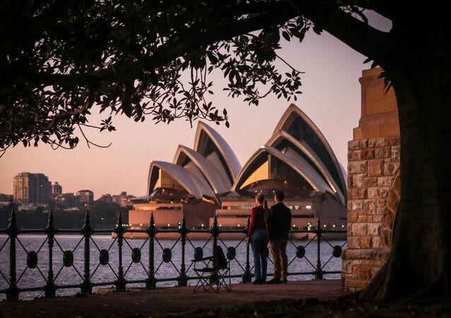 Australianos fazem um minuto de silêncio em homenagem às vítimas da COVID-19, em Sydney, 25 de abril de 2020