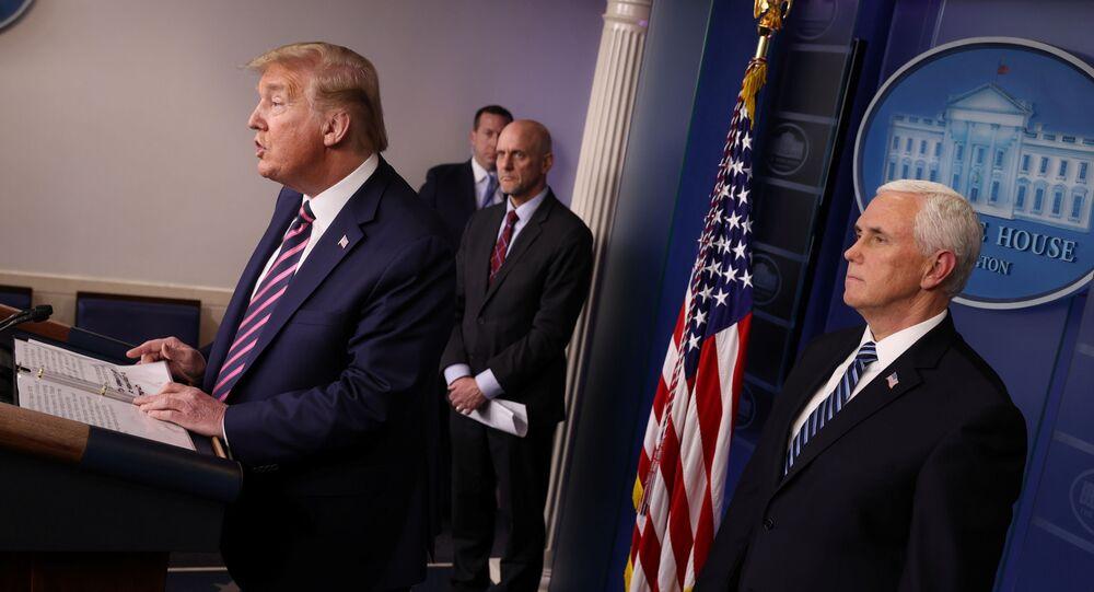 O presidente dos EUA, Donald Trump, lidera o briefing diário da Força-Tarefa do Coronavírus com o comissário da Administração de Alimentos e Medicamentos (FDA), Dr. Stephen Hahn, e o vice-presidente Mike Pence na Casa Branca, em Washington, EUA, 24 de abril de 2020