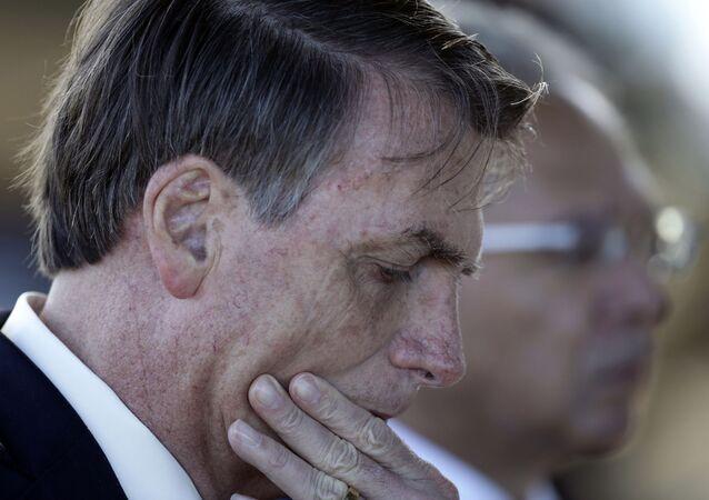 Presidente Jair Bolsonaro fala com jornalista em frente ao Palácio do Alvorada, em Brasília