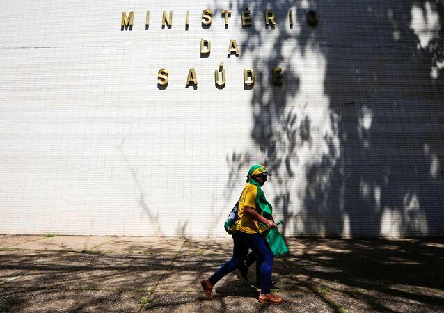 Manifestante passando na frente do edifício do Ministério da Saúde, Brasília, Brasil, 26 de abril de 2020