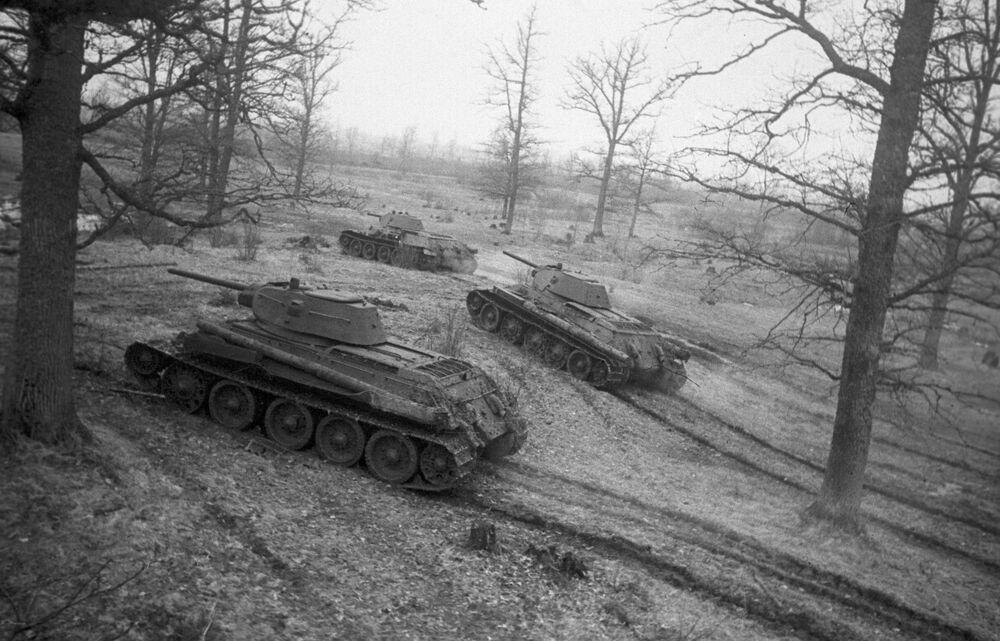 Lendários tanques soviéticos T-34 saem para a linha de combate