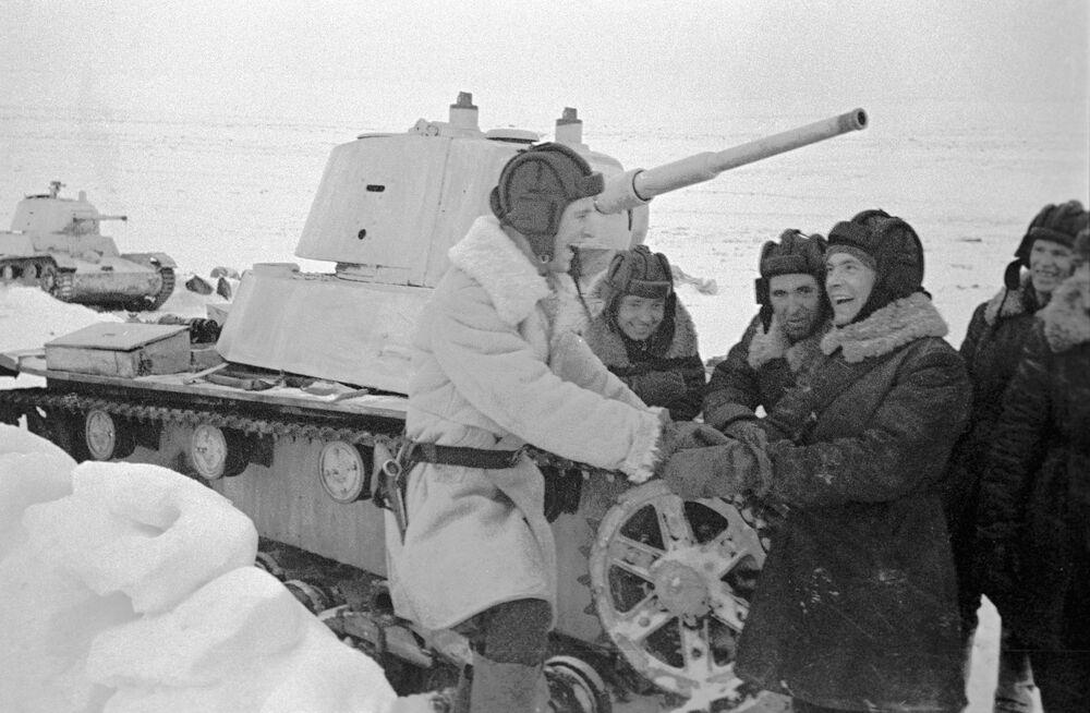 Tanquistas do tanque ligeiro T-26 descansam entre combates