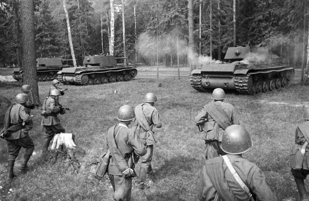 Tanques pesados soviéticos KV-1 se posicionam para ataque