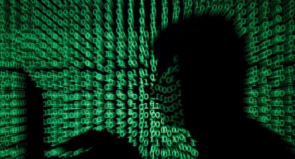 Homem com computador em fundo de código cibernético (imagem ilustrativa)