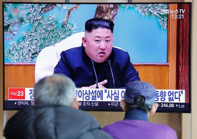 Sul-coreanos assistem a uma reportagem televisiva sobre o líder norte-coreano Kim Jong-un em Seul, na Coreia do Sul, 21 de abril de 2020