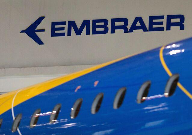O logo da fabricante brasileira de aviões, Embraer, em uma aeronave na sede da empresa, em São José dos Campos, Brasil, em 28 de fevereiro de 2018.