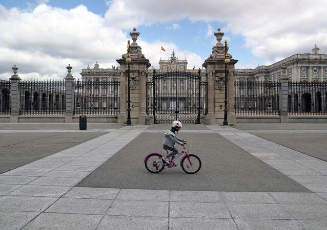 Garota anda de bicicleta em Madri em meio à pandemia da COVID-19.